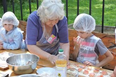 В Твери дети и взрослые научились печь татарские пироги