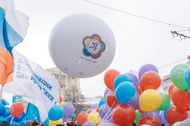 Колонна XIX Всемирного фестиваля молодежи и студентов украсила собой праздничный марш