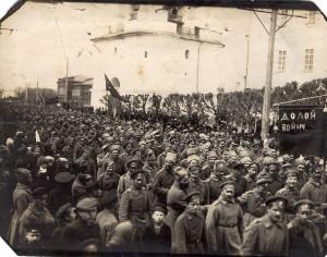 Солдатская демонстрация в Твери в первых числах марта 1917 года. Фото: ТГОМ
