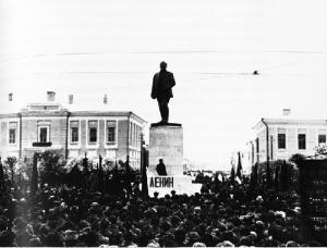 Митинг в связи с открытием памятника В.И. Ленину в Твери (скульптор С.Д. Меркуров)