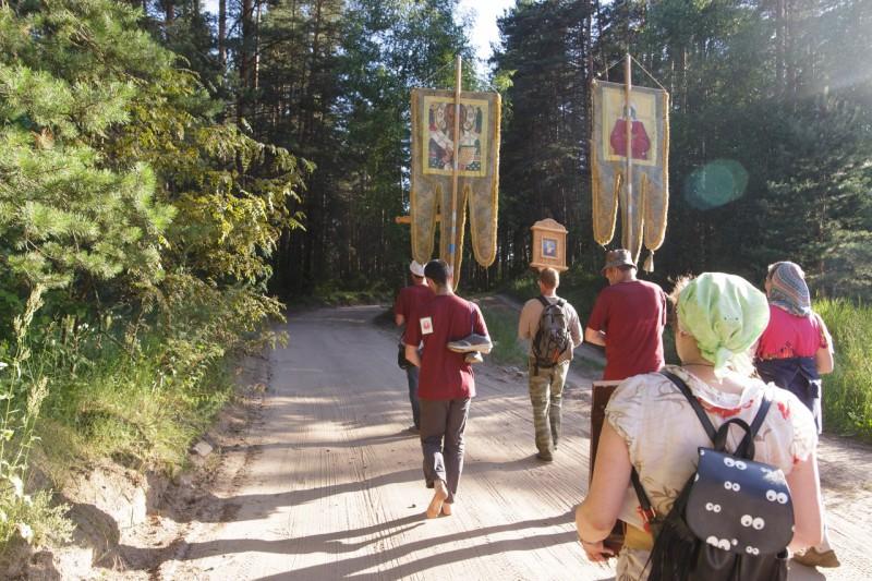 По берегам реки Тьмы прошел молодежный крестный ход